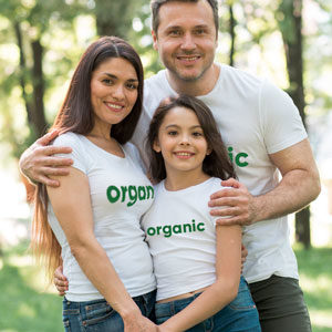 rodina v organických tričkách